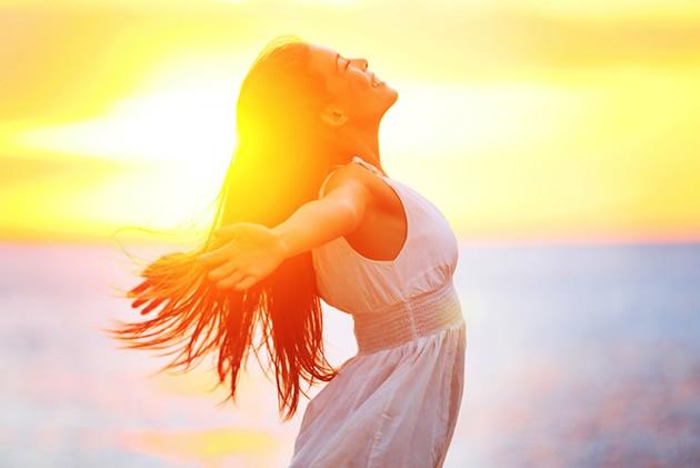 meditasyon-yapan-mutlu-kadin
