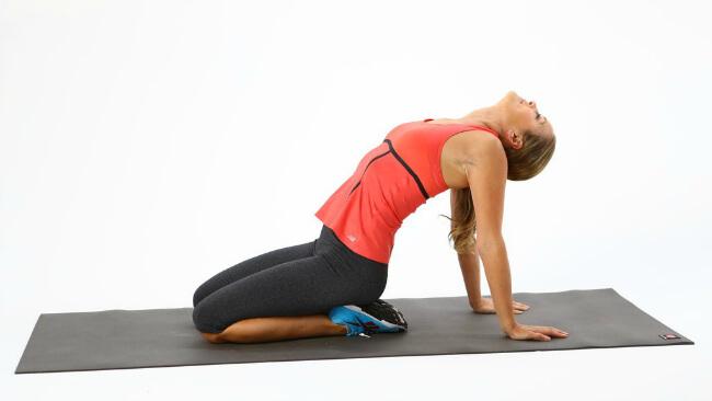 Göğüs Dikleştirme Hareketleri-6-Kneeling-Chest-Stretch