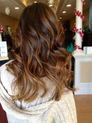 Dalgalı Koyu Karamel Balyajlı Saç Rengi