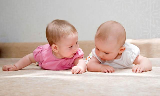 ikiz-bebekler-birlikte-mi-yoksa-ayri-mi-uyutulmali-2